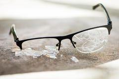 σπασμένα γυαλιά στην άσφαλτο Στοκ Εικόνα