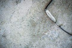 σπασμένα γυαλιά στην άσφαλτο Στοκ Φωτογραφίες