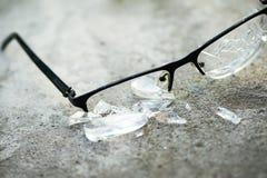 σπασμένα γυαλιά στην άσφαλτο Στοκ Φωτογραφία