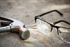 σπασμένα γυαλιά στην άσφαλτο Στοκ εικόνα με δικαίωμα ελεύθερης χρήσης
