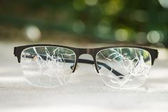 σπασμένα γυαλιά στην άσφαλτο Στοκ εικόνες με δικαίωμα ελεύθερης χρήσης