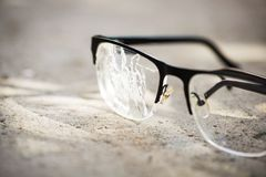 σπασμένα γυαλιά στην άσφαλτο Στοκ φωτογραφίες με δικαίωμα ελεύθερης χρήσης