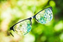 σπασμένα γυαλιά στο πράσινο υπόβαθρο Στοκ Φωτογραφίες