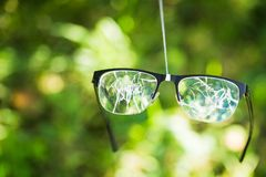σπασμένα γυαλιά στο πράσινο υπόβαθρο Στοκ φωτογραφία με δικαίωμα ελεύθερης χρήσης