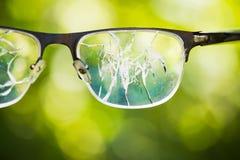 σπασμένα γυαλιά στο πράσινο υπόβαθρο Στοκ Εικόνα