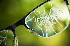 σπασμένα γυαλιά στο πράσινο υπόβαθρο Στοκ εικόνα με δικαίωμα ελεύθερης χρήσης