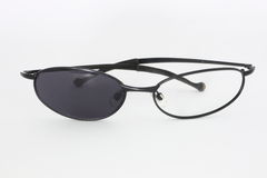 Σπασμένα γυαλιά ηλίου με ένα να λείψει γυαλιού Στοκ φωτογραφία με δικαίωμα ελεύθερης χρήσης