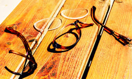 Σπασμένα γυαλιά στο ξύλινο γραφείο Στοκ Φωτογραφία