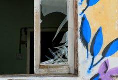 Σπασμένα εγκαταλειμμένα λουλούδια προσόψεων τοίχων σπιτιών παραθύρων γυαλί στοκ εικόνες με δικαίωμα ελεύθερης χρήσης