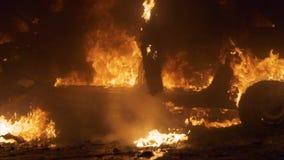 Σπασμένα εγκαύματα αυτοκινήτων μετά από ένα ατύχημα Η έκρηξη και η πυρκαγιά του αυτοκινήτου Πλάγια όψη φιλμ μικρού μήκους