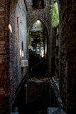 Σπασμένα λεκιασμένα παράθυρα γυαλιού & καταρρέοντας πάτωμα - εγκαταλειμμένη εκκλησία - Νέα Υόρκη Στοκ φωτογραφία με δικαίωμα ελεύθερης χρήσης