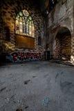 Σπασμένα λεκιασμένα παράθυρα γυαλιού & καταρρέοντας πάτωμα - εγκαταλειμμένη εκκλησία - Νέα Υόρκη Στοκ Φωτογραφία