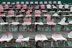 Σπασμένα καθίσματα στο στάδιο Στοκ Εικόνα
