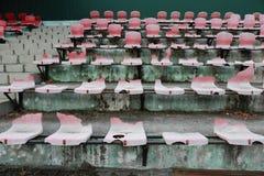 Σπασμένα καθίσματα στο στάδιο Στοκ εικόνες με δικαίωμα ελεύθερης χρήσης