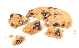 σπασμένα μπισκότα τσιπ σοκολάτας που απομονώνονται στο άσπρο υπόβαθρο γλυκό μπισκότων σπιτική ζύμη στοκ φωτογραφίες