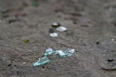 Σπασμένα μπουκάλια γυαλιού στην άσπρη άμμο Απορρίμματα στην άμμο οικολογικό πρόβλημα στοκ εικόνες με δικαίωμα ελεύθερης χρήσης