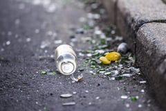 Σπασμένα μπουκάλι και απορρίματα από τη συγκράτηση στην οδό στοκ εικόνες