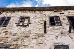 Σπασμένα παράθυρα σε ένα εγκαταλειμμένο σπίτι Στοκ Εικόνες