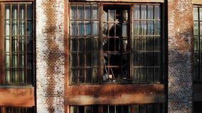 Σπασμένα παράθυρα στο εγκαταλειμμένο κτήριο απόθεμα βίντεο