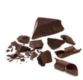 Σπασμένα σκοτεινά μέρη ή κομμάτια σοκολάτας με τις μπούκλες στοκ φωτογραφία με δικαίωμα ελεύθερης χρήσης