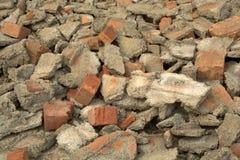 Σπασμένα τούβλα και απορρίματα κατασκευής Στοκ Φωτογραφίες