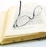 Σπασμένα eyeglasses σε ένα βιβλίο Στοκ φωτογραφία με δικαίωμα ελεύθερης χρήσης