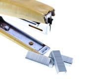Σπασμένες κίτρινες stapler και βάσεις που απομονώνονται στο άσπρο υπόβαθρο Στοκ Εικόνες