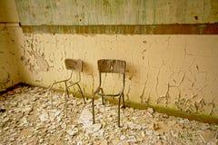 Σπασμένες καρέκλες σε μια αποσυντεθειμένη παλαιά τάξη Στοκ φωτογραφία με δικαίωμα ελεύθερης χρήσης