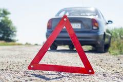 Σπασμένη έννοια αυτοκινήτων, τρίγωνο διακοπής στο δρόμο Σημάδι του αυτοκινήτου στάσεων έκτακτης ανάγκης στο δρόμο Αναλύω σταθμευμ στοκ φωτογραφία με δικαίωμα ελεύθερης χρήσης