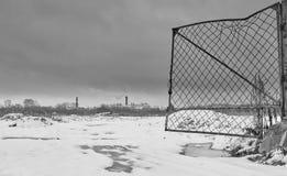 Σπασμένη ανοικτή πύλη μετάλλων που οδηγεί στη βιομηχανική ζώνη έξω από την πόλη Στοκ Εικόνες