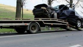 σπασμένη ατύχημα εστίαση οδηγών αυτοκινήτων κοντά στην αντανακλαστική προειδοποίηση φανέλλων τριγώνων οδικής ασφάλειας απόθεμα βίντεο