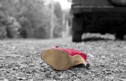 σπασμένη ατύχημα εστίαση οδηγών αυτοκινήτων κοντά στην αντανακλαστική προειδοποίηση φανέλλων τριγώνων οδικής ασφάλειας στοκ εικόνες με δικαίωμα ελεύθερης χρήσης