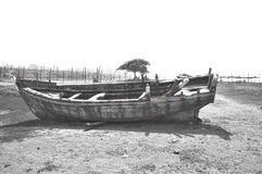 Σπασμένη βάρκα κοντά στην ακτή στοκ εικόνες