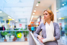 σπασμένη βραχίονας γυναίκ&a Στοκ φωτογραφία με δικαίωμα ελεύθερης χρήσης