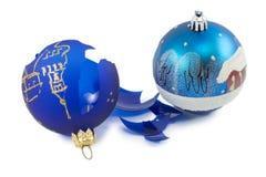 Σπασμένη διακόσμηση Χριστουγέννων που απομονώνεται σε ένα άσπρο υπόβαθρο Στοκ Εικόνες