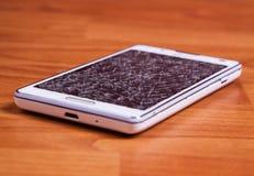 Σπασμένη επίδειξη στο άσπρο κινητό τηλέφωνο Στοκ Φωτογραφίες