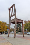 Σπασμένη η Γενεύη καρέκλα μπροστά από το κτήριο Ηνωμένων Εθνών, Ελβετία στοκ φωτογραφίες