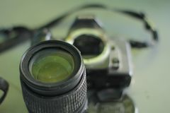 Σπασμένη και αποσυντεθειμένη κάμερα φωτογραφιών στοκ εικόνα με δικαίωμα ελεύθερης χρήσης