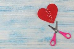 Σπασμένη και ραμμένη καρδιά με το ψαλίδι σε ένα μπλε ξύλινο υπόβαθρο τοποθετήστε το κείμενο επάνω από την όψη βαλεντίνος ημέρας s στοκ εικόνες με δικαίωμα ελεύθερης χρήσης