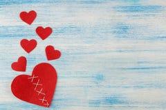 Σπασμένη και ραμμένη καρδιά στο μπλε ξύλινο υπόβαθρο τοποθετήστε το κείμενο επάνω από την όψη βαλεντίνος ημέρας s στοκ εικόνες