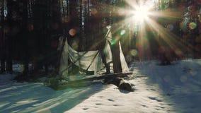 Σπασμένη καλύβα στη δασική ηλιόλουστη χειμερινή ημέρα φιλμ μικρού μήκους