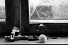Σπασμένη καρδιά, χαμένη αγάπη, σπασμένη καρδιά, παλαιό πλαίσιο παραθύρων Στοκ εικόνα με δικαίωμα ελεύθερης χρήσης