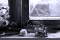 Σπασμένη καρδιά, χαμένη αγάπη, σπασμένη καρδιά, παλαιό πλαίσιο παραθύρων Στοκ Εικόνες