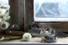 Σπασμένη καρδιά, χαμένη αγάπη, σπασμένη καρδιά, παλαιό πλαίσιο παραθύρων Στοκ φωτογραφία με δικαίωμα ελεύθερης χρήσης