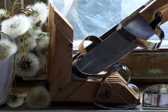 Σπασμένη καρδιά, χαμένη αγάπη, σπασμένη καρδιά, παλαιό πλαίσιο παραθύρων Στοκ εικόνες με δικαίωμα ελεύθερης χρήσης