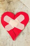 Σπασμένη καρδιά στο βρώμικο υπόβαθρο Στοκ εικόνες με δικαίωμα ελεύθερης χρήσης