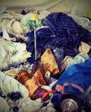 Σπασμένη ομπρέλα και πολλά κουρέλια που εγκαταλείπονται στο καταφύγιο των αχρήστων Στοκ Φωτογραφία