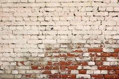 Σπασμένη παλαιά πλινθοδομή από τα κόκκινα άσπρα τούβλα και το χαλασμένο ασβεστοκονίαμα Στοκ φωτογραφία με δικαίωμα ελεύθερης χρήσης
