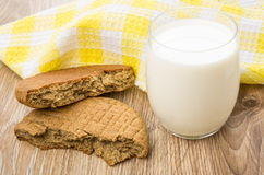 Σπασμένη σίκαλη flatbreads και ποτήρι του γάλακτος στον πίνακα στοκ εικόνες με δικαίωμα ελεύθερης χρήσης