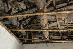 Σπασμένη στέγη που χρειάζεται την αναδημιουργία στοκ εικόνες με δικαίωμα ελεύθερης χρήσης